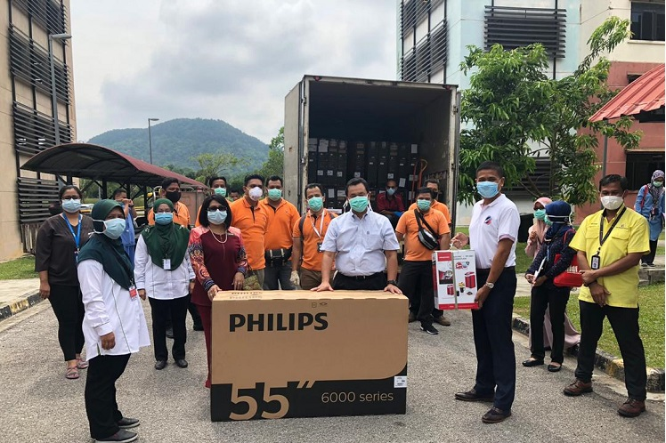 UDA donates supplies to Sungai Buloh Hospital, which is currently setting up additional wards for Covid-19 patients. (Photo By UDA)