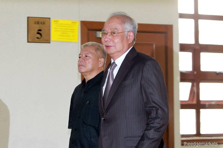 Najib takes selfies as SRC trial proceeds, breaking court etiquette