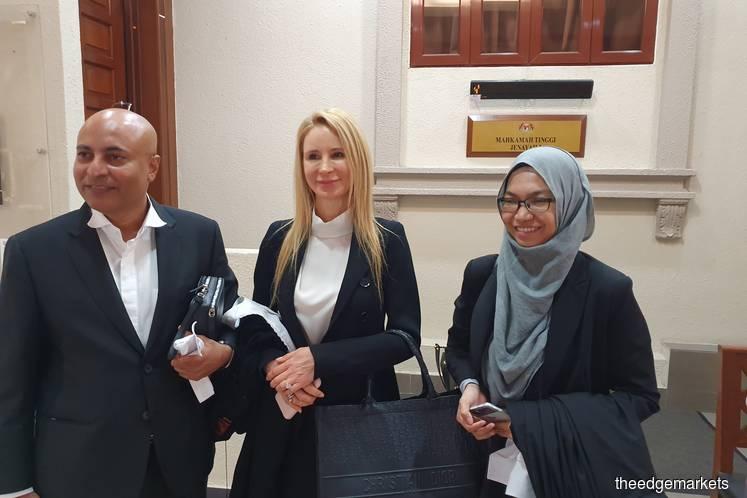 Datuk Hariharan Singh (left) with Tania Scivetti (centre) and another lawyer for Umno after the prosecution's forfeiture application was dismissed. (Photo by Hafiz Yatim/theedgemarkets)