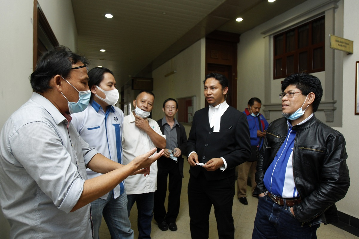 NUJ-Utusan lawyer Ahmad Fakhri Abu Samah meeting union members outside the courtroom on Sept 10. (Photo by Mohd Izwan Mohd Nazam/The Edge)