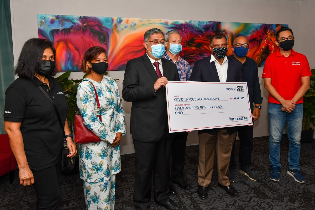 Fernandes and Kalimullah with the RM750,000 cheque and representatives of the five NGOs at the ceremony today. (Photo by Mohd Suhaimi Mohamed Yusuf/The Edge)