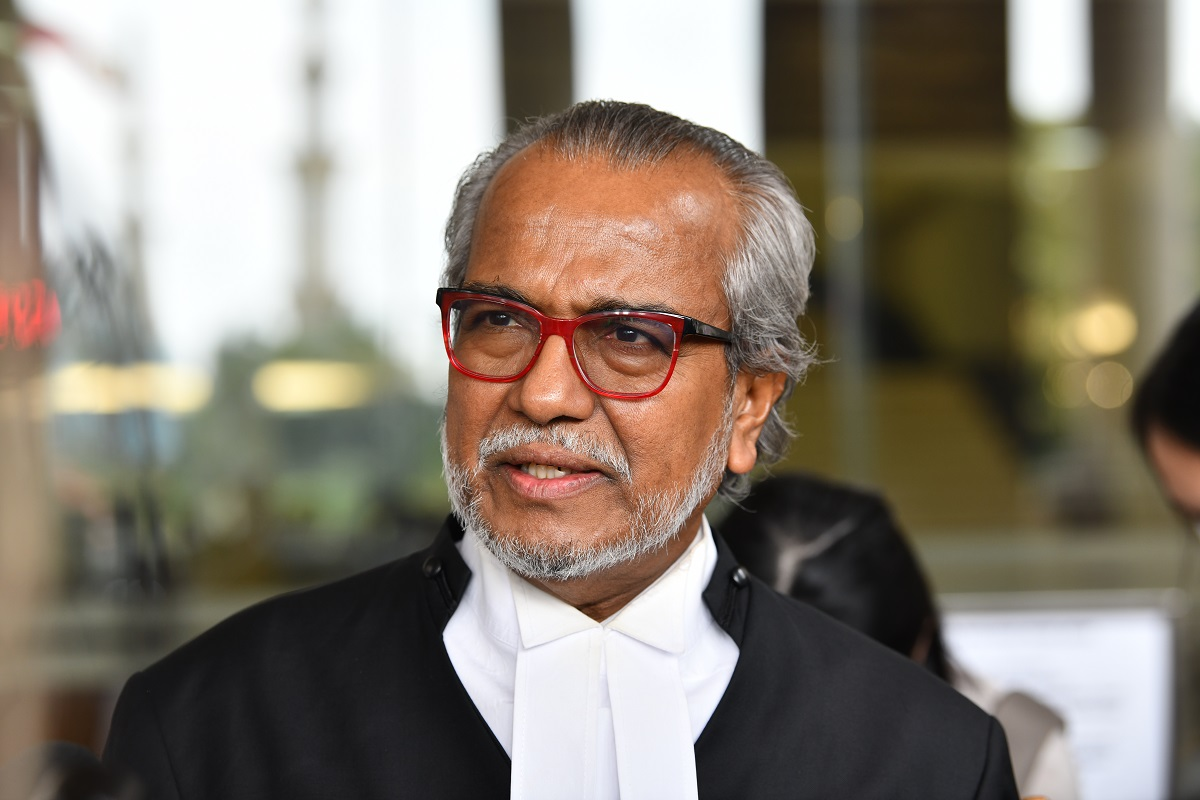Shafee holding a press conference at the Kuala Lumpur Court Complex today. (Photo by Mohd Suhaimi Mohamed Yusuf/The Edge)