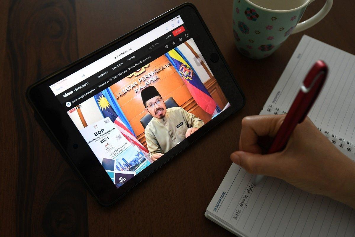 Mohd Uzir在国行首季GDP虚拟汇报会上发表谈话。(摄影:Sam Fong/The Edge)