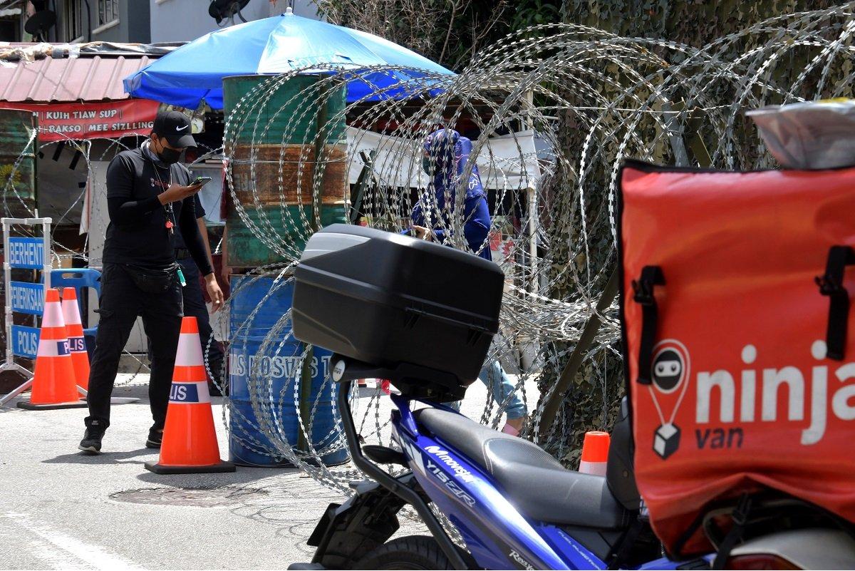 7月7日,实施加强行动限制令(EMCO)的班底达南(Pantai Dalam)。(摄影:Mohd Suhaimi Mohamed Yusuf/The Edge)