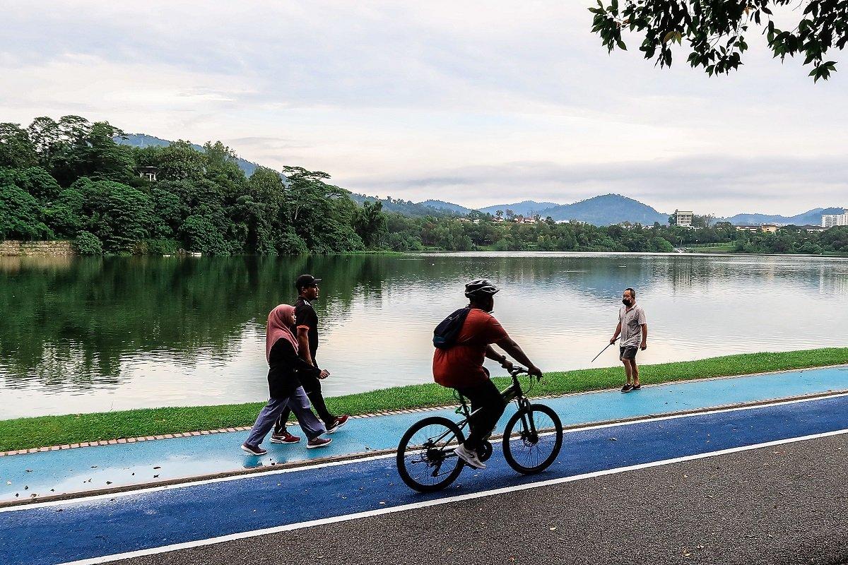 雪州新增确诊病例从周日的1558宗,降至979宗。至于巴生谷的其他地方,吉隆坡新增确诊病例从270宗,降至176宗,布城则从34宗,降至18宗。(摄影:Zahid Izzani Mohd Said/The Edge)
