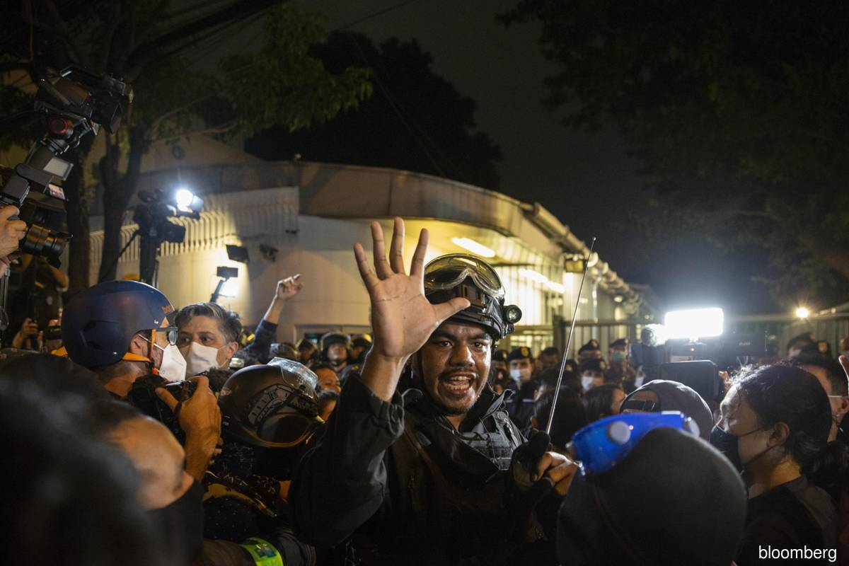 Thai lawmakers weigh creating committee in bid to end protests