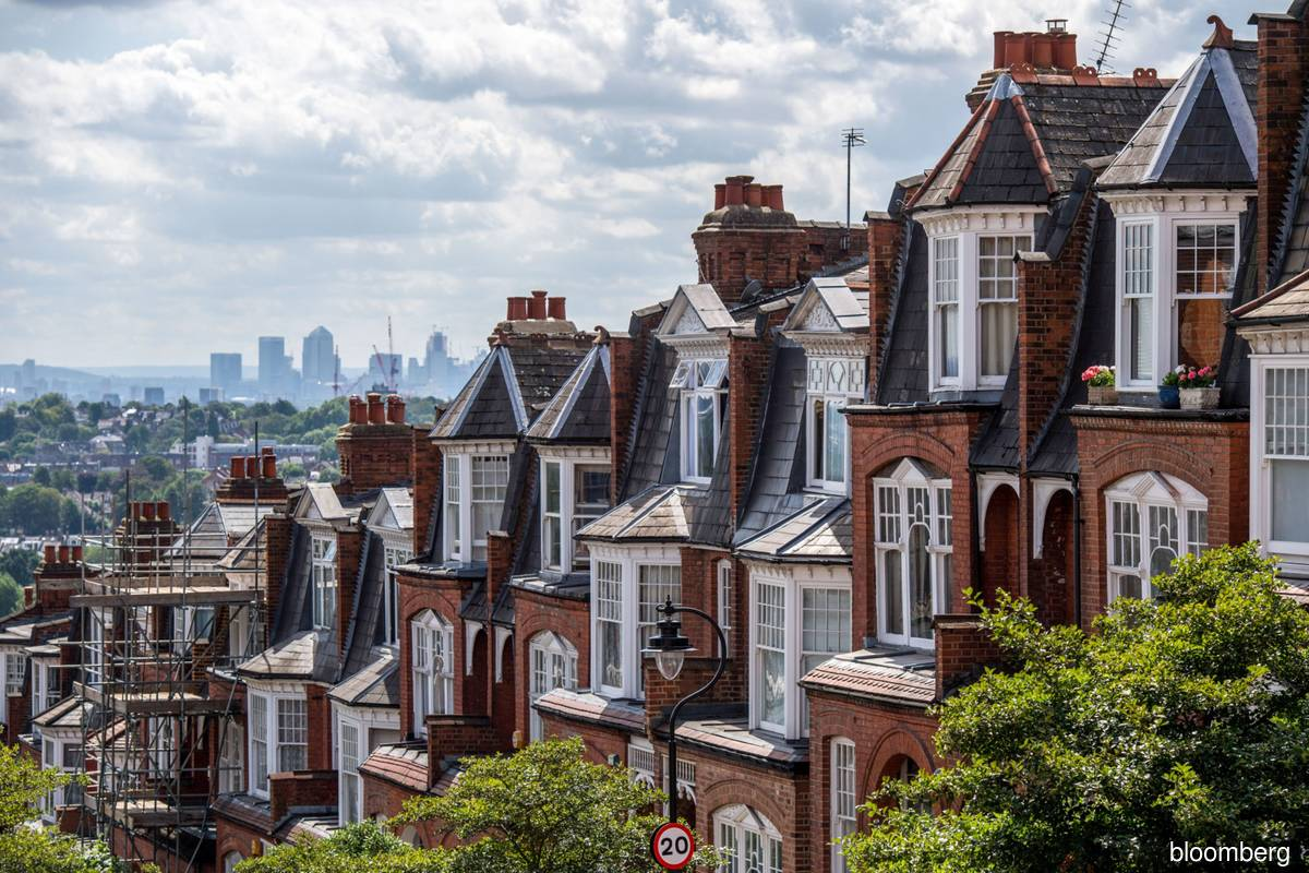 London house prices surpass 500,000 pounds for the first time