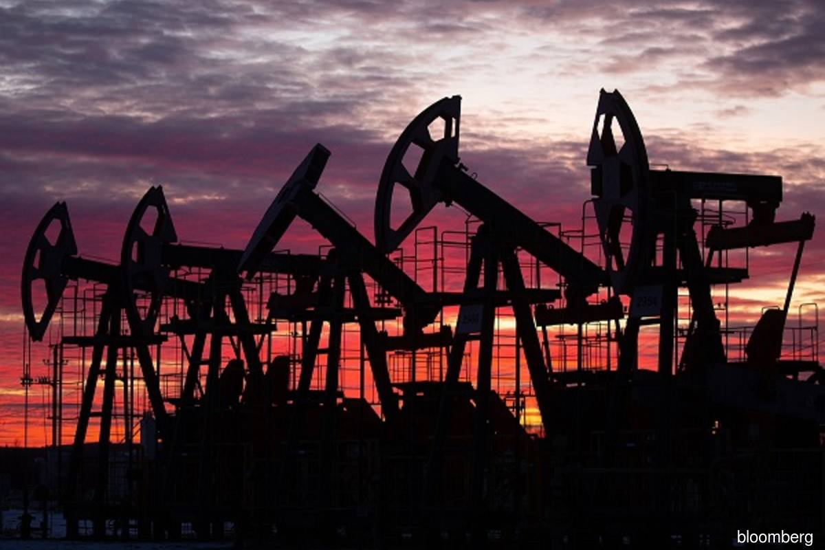Oil prices fall as economic worries offset tightening supplies