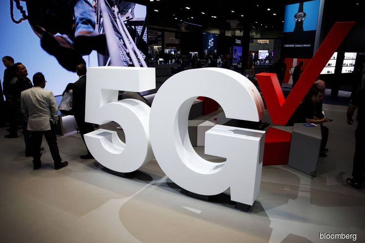 Trump challenges U.S. companies to speed up work on 5G networks