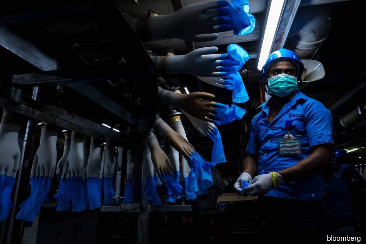 A staff at work at Top Glove's Setia Alam manufacturing site. (File photo by Bloomberg)