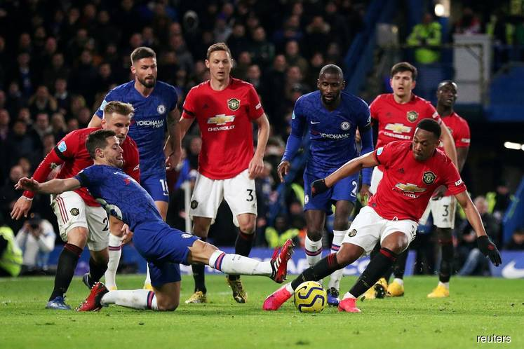 Manchester United win 2-0 at Chelsea to close on top four