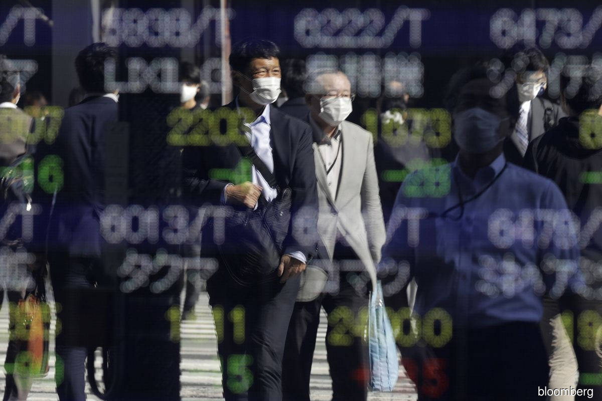 Asian stocks head for muted open; oil rises