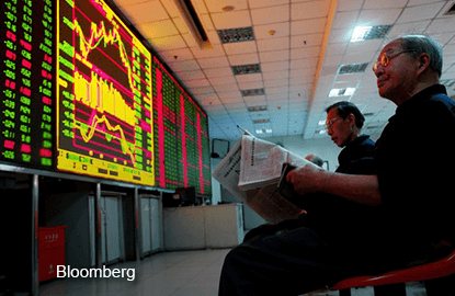 Asia_Stock-Checking_Bloomberg
