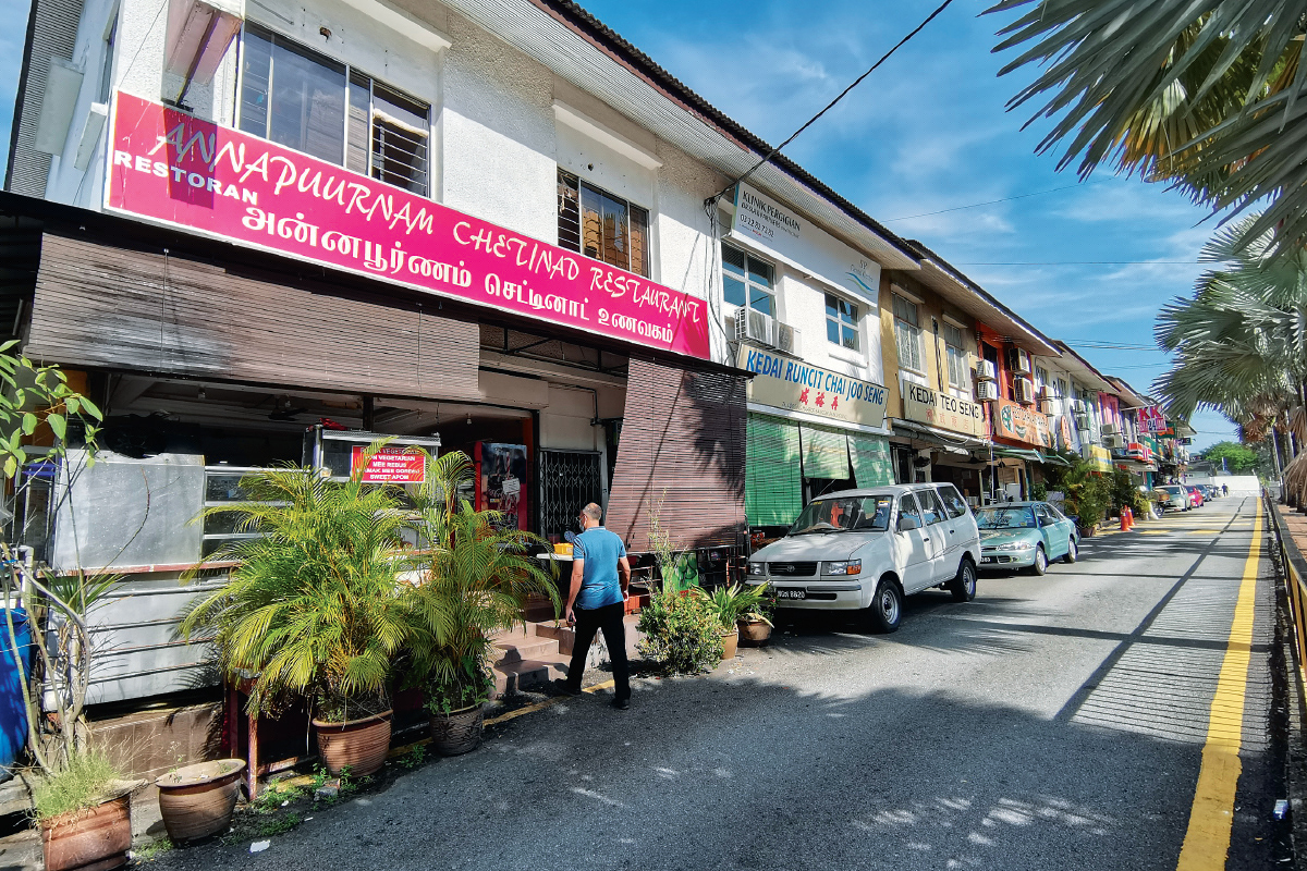 The shopoffices in Lorong Maarof are occupied by food and beverage outlets, convenience stores, laundry shops, a veterinary clinic, pet grooming shop and sundry shop (Photo by Mohd Shahrin Yahya)