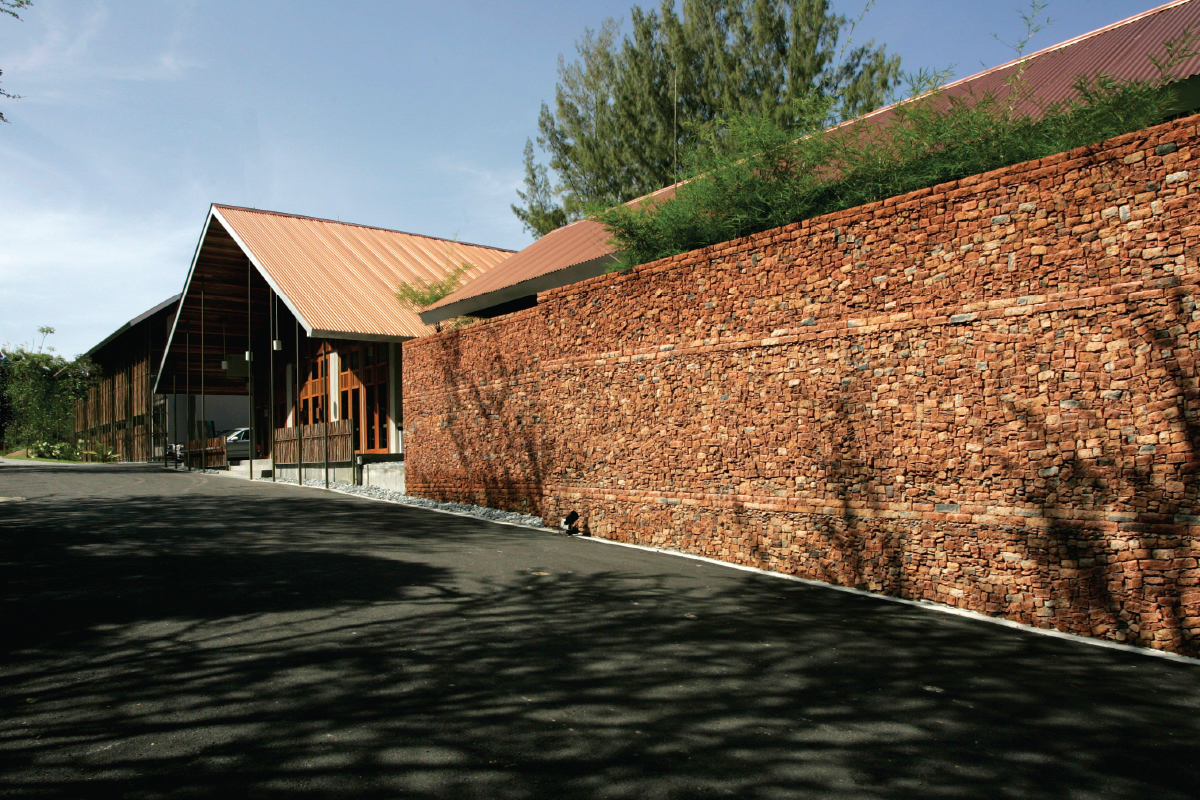 The wall at the entrance of Belum Rainforest Resort, which was made using leftover bricks, has become  a popular spot for photographs (Photo by C'arch Architecture & Design)