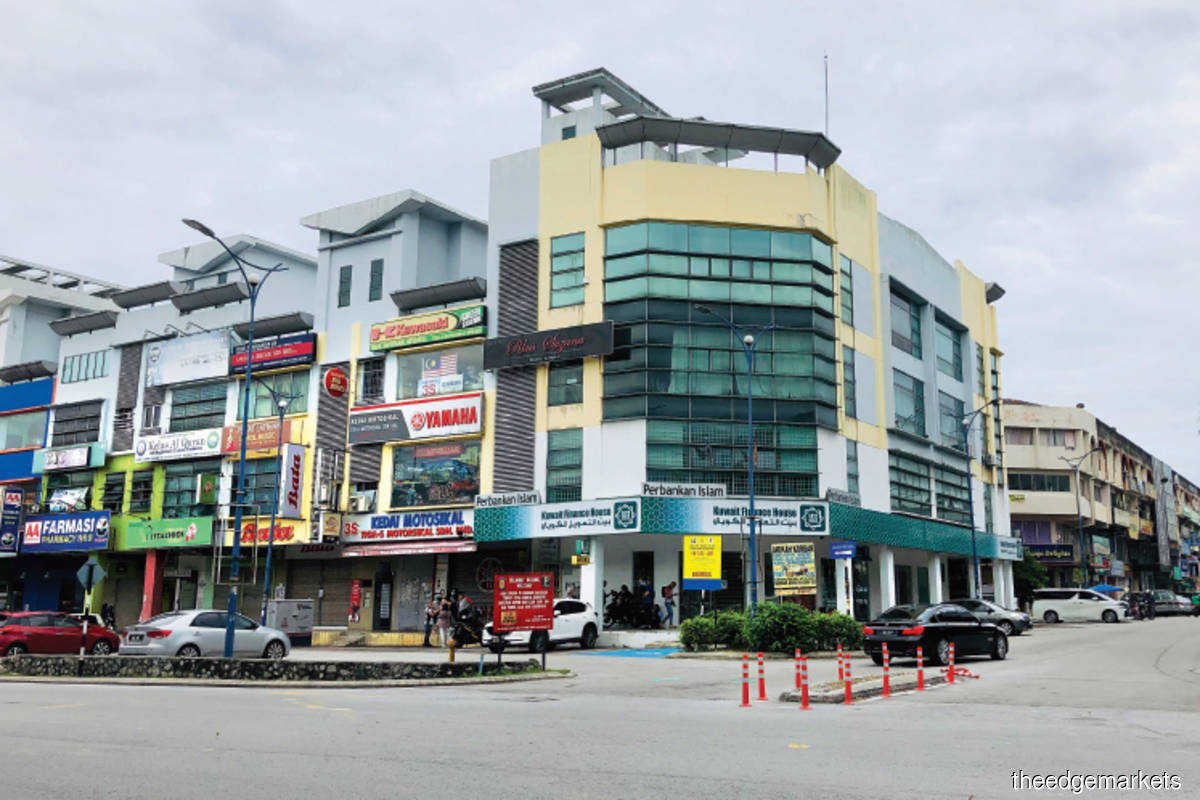 The properties along Changkat Permata and Persiaran Permata 10 comprise 3½-storey shopoffices (Pictures by Chung Ying Yi/The Edge)