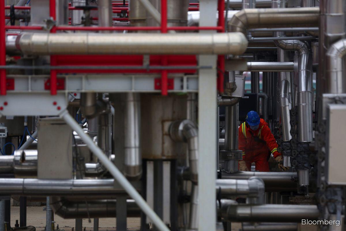 Oil pares gains as fresh virus curbs stoke demand concerns