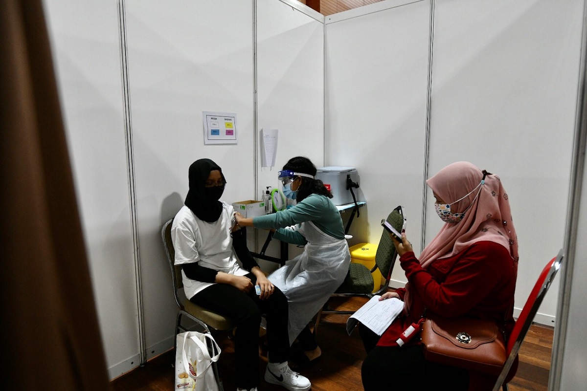 A total of 181,160 doses of the Covid-19 vaccine were administered on Tuesday (Oct 26). (Photo by Shahrin Yahya/The Edge)