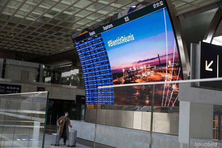 Europe's airlines dangle summer bargains to unlocked masses