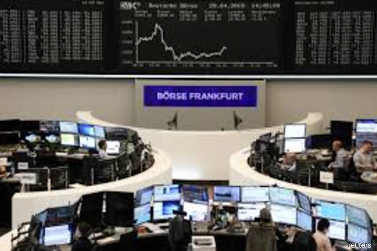 European shares lose steam as oil stocks, Bayer drag
