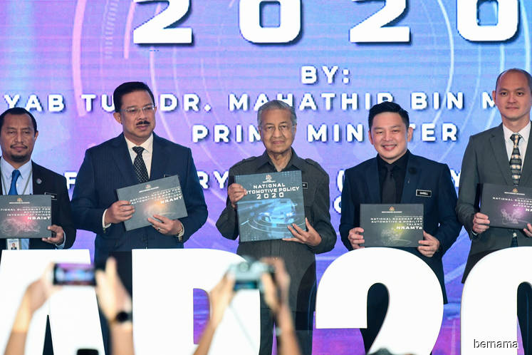 Prime Minister Tun Dr Mahathir Mohamad (centre) holding the NAP 2020 book during the launch of the NAP 2020. Flanking him are Chief Secretary to the Government Datuk Seri Mohd Zuki Ali (second from left), Minister of International Trade and Industry Datuk Darell Leiking (fourth from left), and Deputy Minister of International Trade and Industry Dr Ong Kian Ming (far right). (Photo by Bernama)