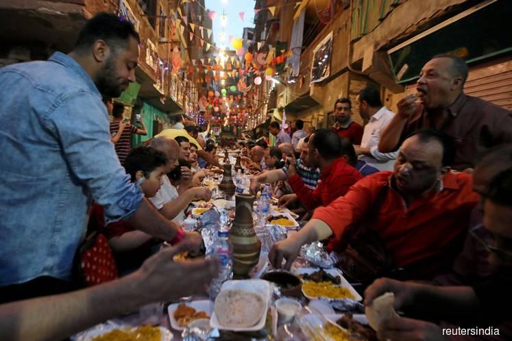 Some Egyptians pack streets for Ramadan shopping despite coronavirus threat