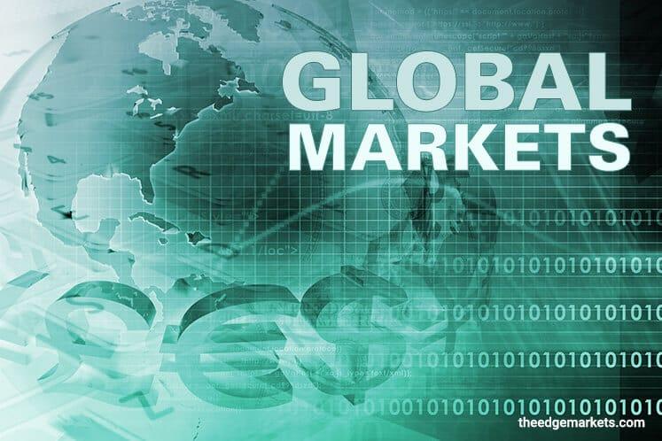Asia Stocks Mixed as Yields Drop, Yen Advances