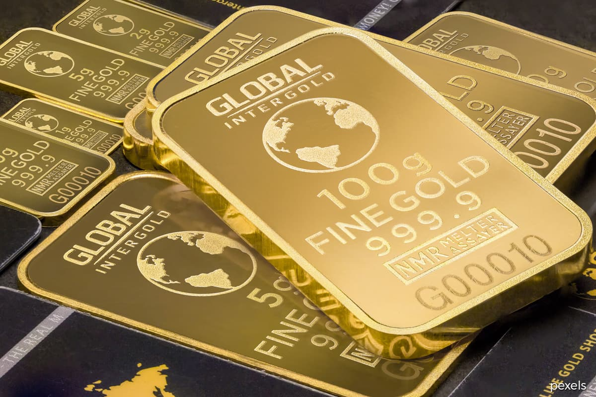 Gold dips on US dollar strength, Fed official's rate comment
