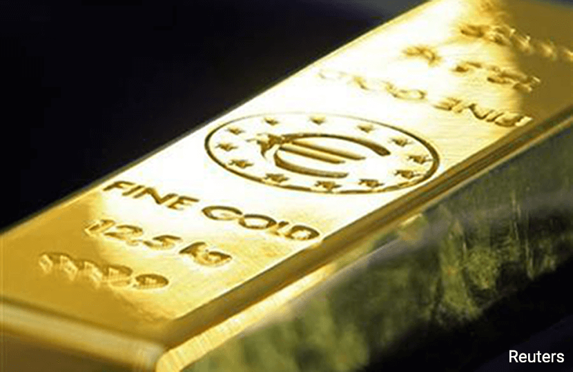 Gold edges up on Europe political risk, but U.S. rate outlook drags