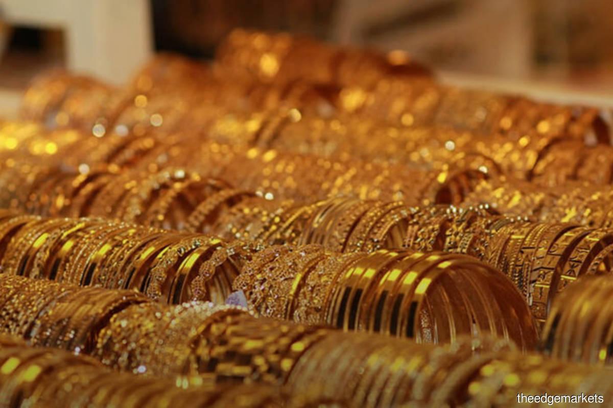 Gold eases on firmer US dollar, virus fears cap losses