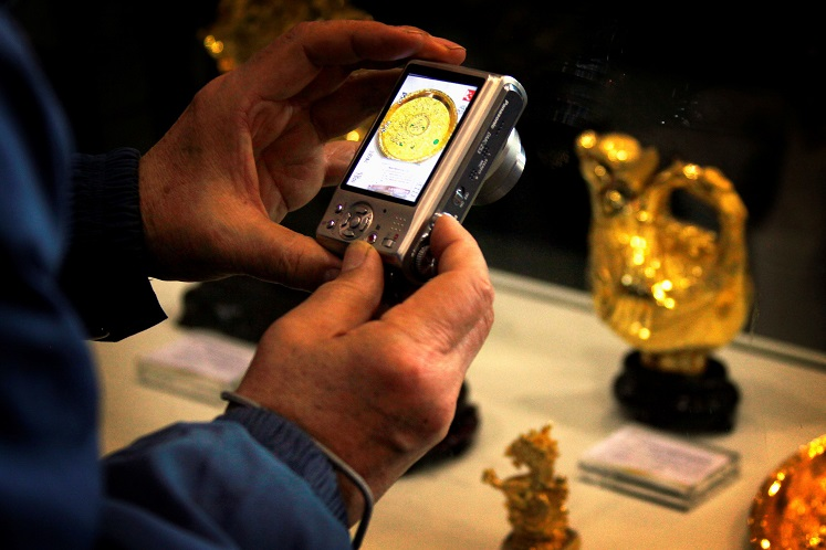 Gold steadies as US dollar gains offset global growth fears