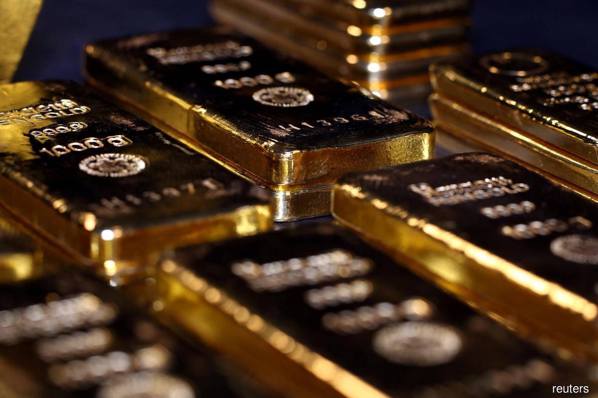 Gold strides further above $2,000/oz, dollar weakens