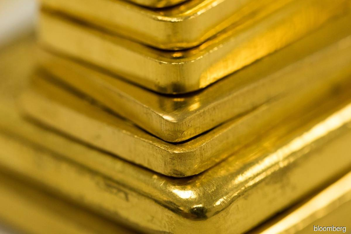 Gold climbs as investors weigh drop in yields, economic outlook