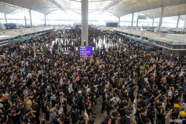 Hong Kong airport cancels all flights as protesters swarm