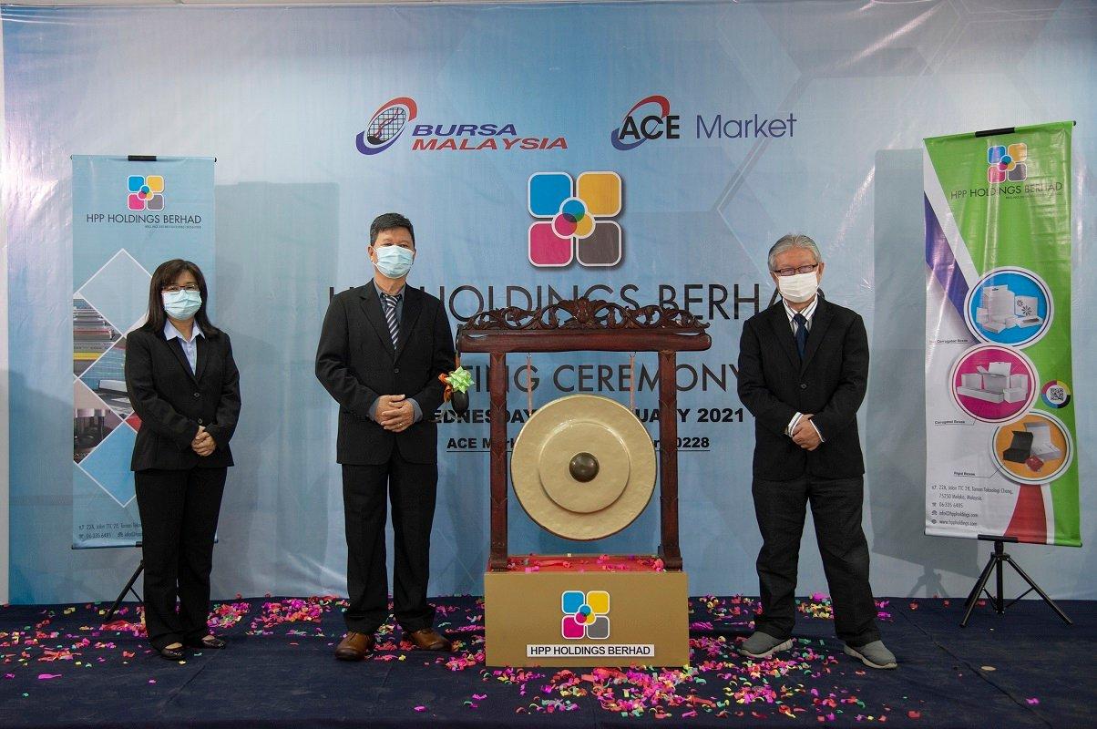 黄淑芬(左起)、郭汉生及刘金华今日在上市敲锣仪式。