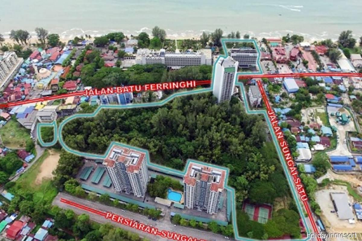 Holiday Inn Resort overlooks Batu Ferringhi beach on the Straits of Malacca and is located on Batu Ferringhi street.
