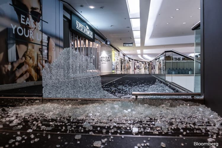 Hong Kong Protesters Trash Mapletree Mall, Christmas Tree