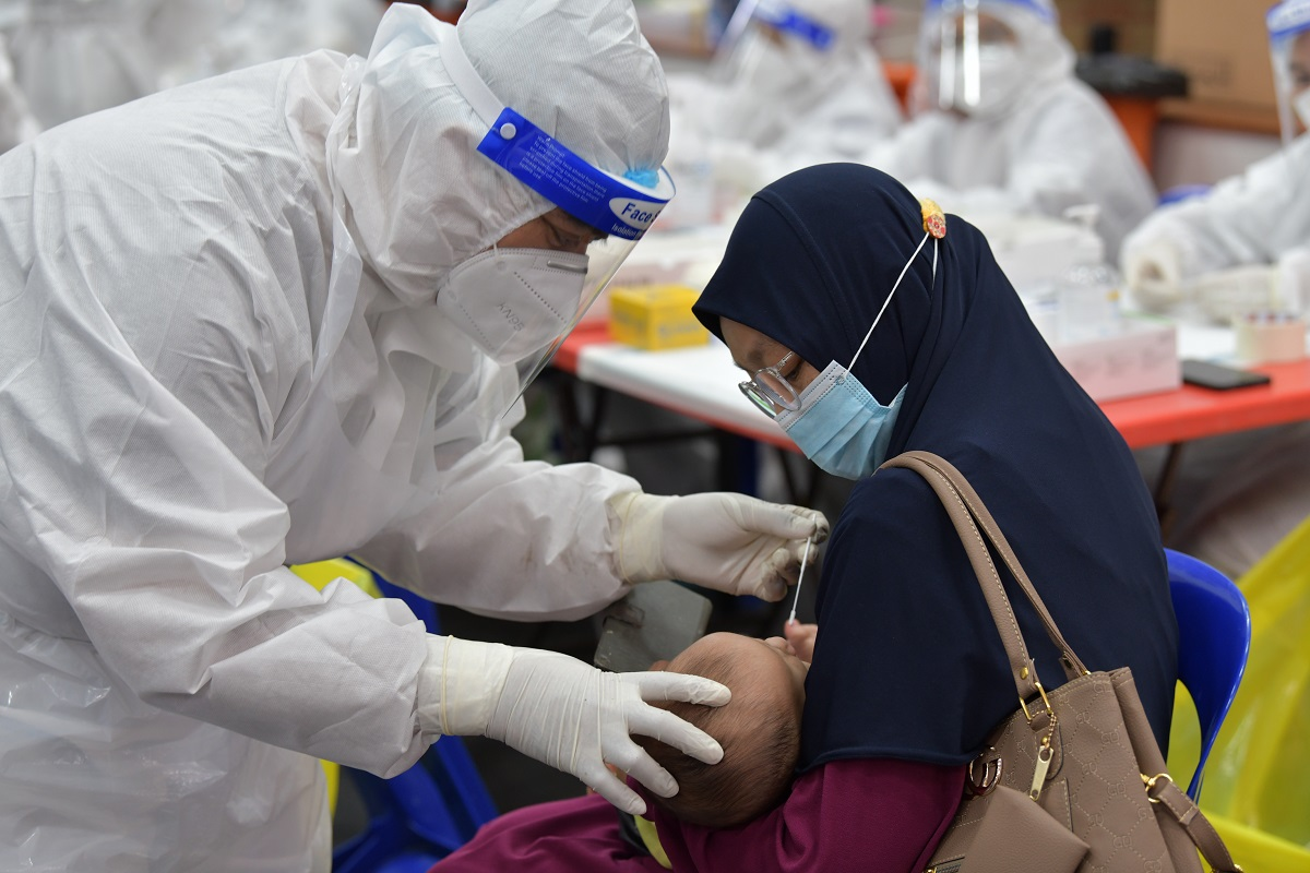 Free swab test programme organised by Selangor state goverment and Selcare at Dewan MPKL Banting Baru. (Photo by Mohd Suhaimi Mohamed Yusuf/The Edge)
