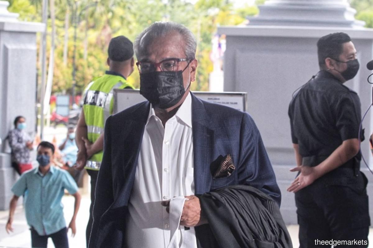 Senior lawyer and Najib's defense counsel Tan Sri Muhammad Shafee Abdullah arrives at the Kuala Lumpur Court Complex on Monday Aug 23, 2021 for Najib's 1MDB-Tanore trial. (Photo by Zahid Izzani/The Edge)