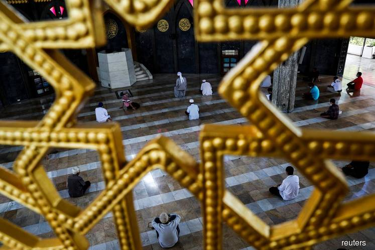 Islam's holiest sites emptied by coronavirus crisis as Ramadan begins