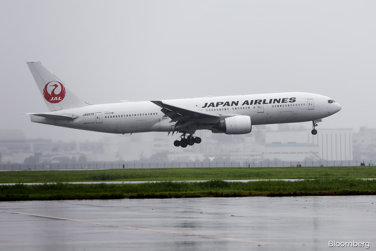 Engine failure spurs Boeing 777 groundings in US and Japan