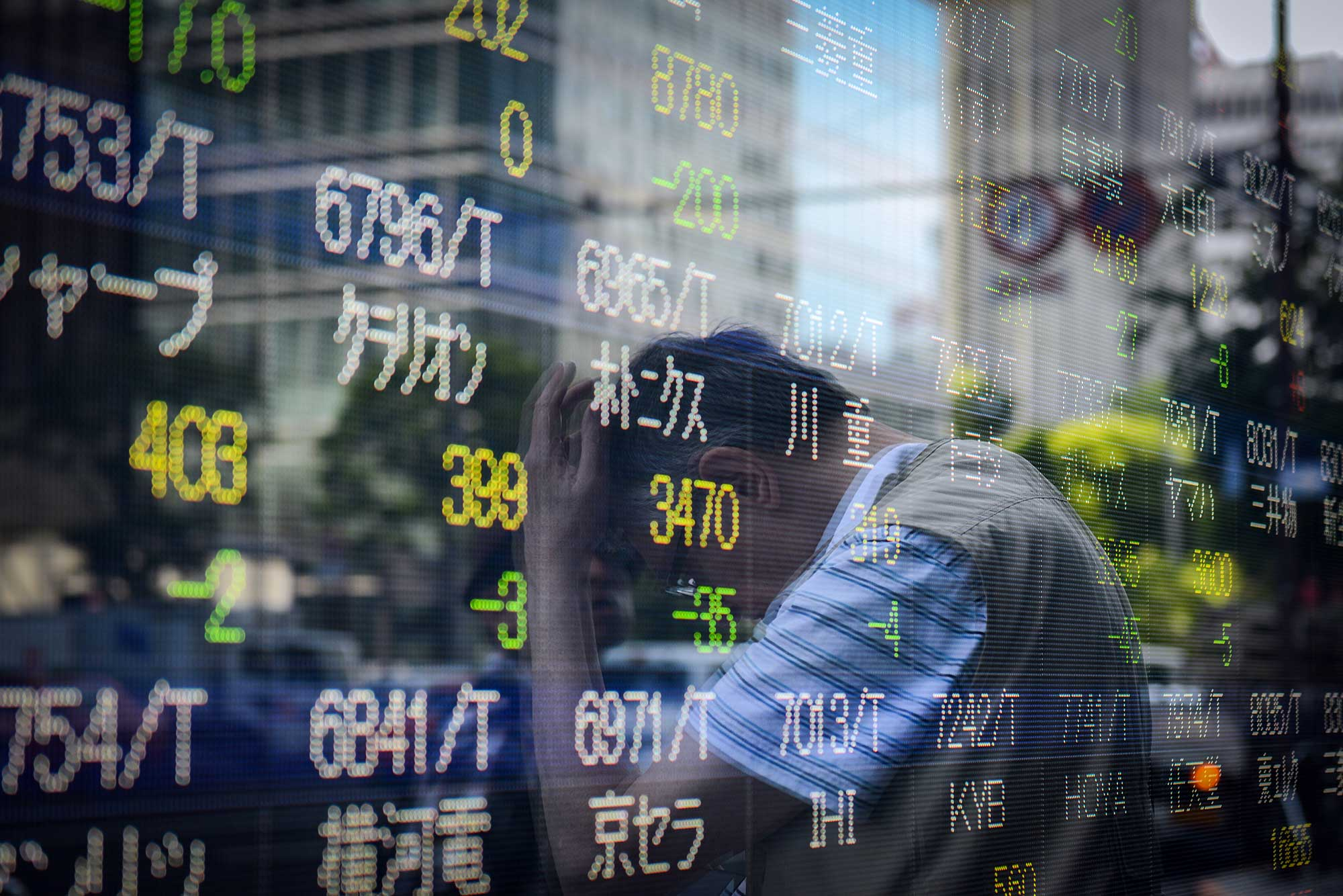 Japanese stocks end flat, trade worries hamper exporters