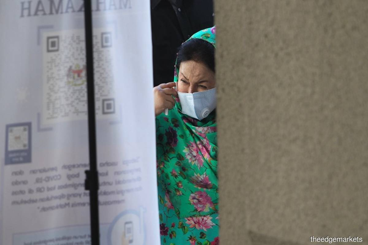 Judge in Rosmah's graft trial offers to recuse himself