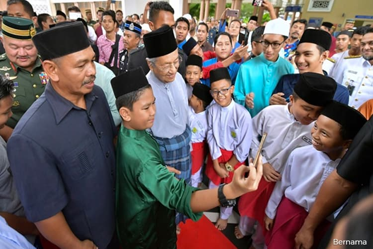Mahathir attends Friday prayers, Warriors Day special sermon