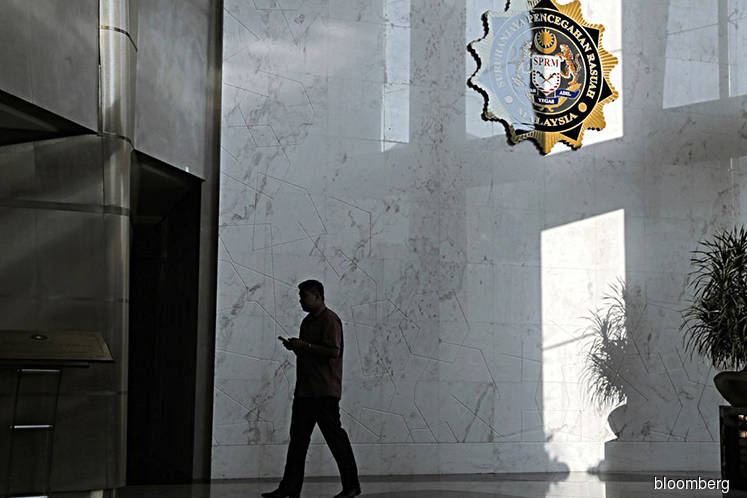 Govt officer caught soliciting bribes by MACC with aid of contractor
