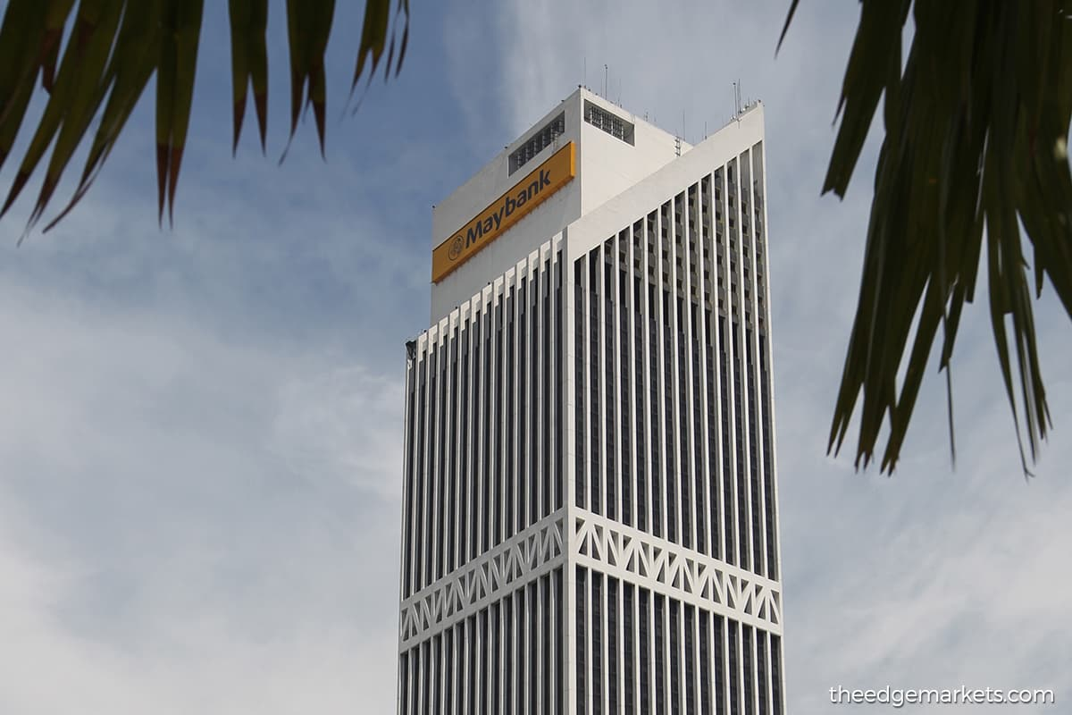Maybank share price slips to RM6.99
