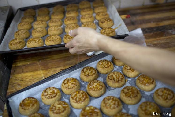 Taiwan fines traveler US$6,400 for bringing in Chinese moon cakes with pork