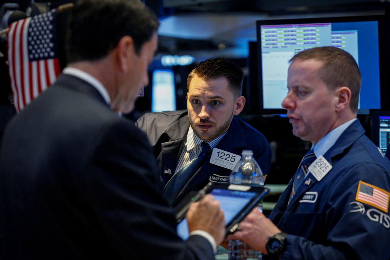 Wall St ends choppy day higher; tech helps, Brexit weighs