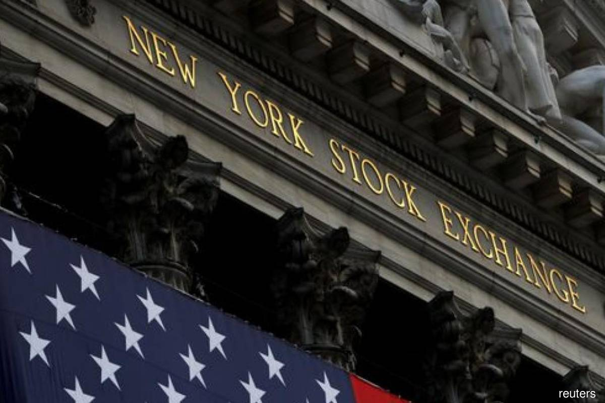 Wall St ends higher on recovery expectations