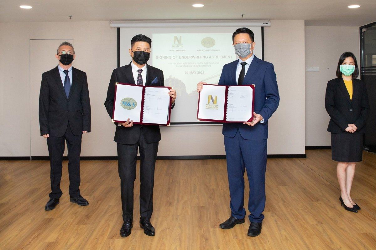 M&A证券企业财务主管丁华代(左起)、M&A证券企业财务董事经理拿督陈俊㟽、Nestcon集团董事经理Datuk Dr Lim Jee Gin及财务总监Lim Joo Seng出席包销签署仪式。